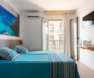 Ciclista Premium – Habitación doble con balcón y vista mar latera Hotel Eolo